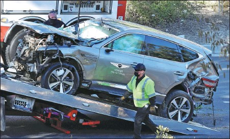 ?? REUTERS ?? The SUV of Tiger Woods is loaded onto a recovery truck after being involved in a single-vehicle accident in Los Angeles, California, on Tuesday. The American golf great was rushed to hospital after sustaining severe injuries to his legs.