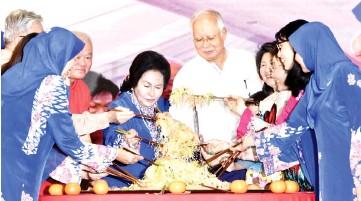 ?? - Bernama photo ?? Prime Minister Datuk Seri Najib Tun Razak and his wife Datin Seri Rosmah Mansor tossing the 'yee sang' at a Chinese New Year celebration held at Seri Perdana, Putrajaya yesterday.