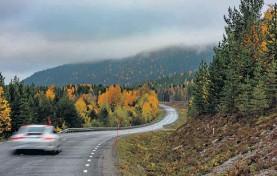 ?? Bilder:peter Gunnars ?? Vägskyltarna på Brudfjällsvägen mellan Dals Långed och Håverud skvallrar om kuperade partier (översta bilden). Stekenjokk (nedre högra bilden) är ett måste för alla som älskar att köra bil, vägen är endast öppen under sommarhalvåret när snön smält undan.