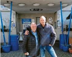"""??  ?? Wolfgang Derks (links) und Wirt Ronny Marcinkowski stehen vor dem Eingang der of‰ fiziellen Fc‰schalke‰fankneipe """"Bosch""""."""