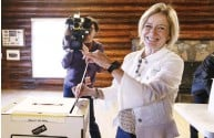 ?? JASON FRANSON / THE CANADIAN PRESS ?? Alberta NDP Leader Rachel Notley casts her vote in the provincial election in Edmonton on Tuesday.