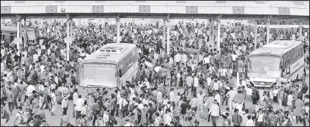 ??  ?? Crowds at the Anand Vihar bus terminal, hours after the state government announced a six-day lockdown.
