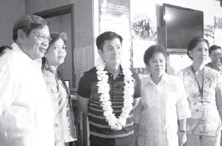 ??  ?? Ogie Alcasid ( third from left) is the National Commission for Culture and the Arts (NCCA) Heritage Ambassador. He is with ( from left) NCCA OIC Chairman Jose Ladera Santos; Marlene Ruth Sanchez, NCCA Deputy Executive Director; Adel Suemith, head of...