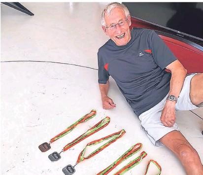 "?? FOTO: WS ?? Gut gelaunter ""Kiwi""mirt Solinger Wurzeln: Stolz zeigt Wolfgang Schenk seine Medaillen."