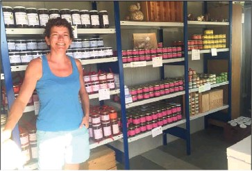 ?? (Clarisse Matta) ?? Christine tient une petite boutique dans son domaine. Pour un bocal de , douzaines de petits gris au naturel comptez  euros.