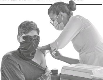 ?? FOTO CORTESÍA ?? EN IMAGEN DEL Ayuntamiento de S.L.R.C., un jóven es vacunado contra el COVID-19, en jornada del mes pasado para personas de 18 a 39 años. Sonora registra un incremento de contagios en jóvenes, advirtió la Secretaría de Salud.