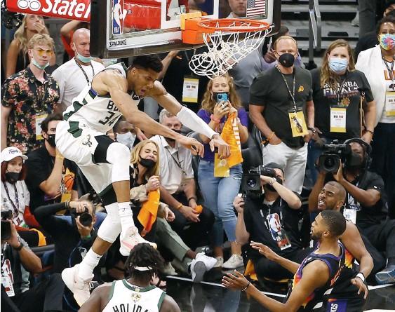 ?? PHOTO AFP ?? Giannis Antetokounmpo et ses coéquipiers chez les Bucks tenteront d'éliminer les Suns et ainsi devenir champions de la NBA.