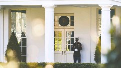 ?? Erin Scott / REUTERS ?? A U.S. Marine guards the West Wing of the White House, signalling that the president is in the Oval Office.