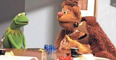 ??  ?? Producer Kermit and star sidekick Fozzie are hard at work, while pal Rowlf (owner of their favorite tavern) tags along.