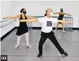 ??  ?? 03 01. 'Cambre a la second', precalentamiento en el piso. Ejercicio de estiramiento que prepara el cuerpo para el trabajo corporal a la barra y en el centro. Este estimula los músculos y las articulaciones para el trabajo de alto rendimiento. 02. Primera posición de pies con brazo en preparación. Esta postura se realiza normalmente para iniciar la ejecución de los distintos ejercicios en la barra. 03. Ejecución de movimiento en el centro (preparación para un 'soutenu'). 04. 'Attitude devant' y 'derrière' en piso. Trabaja la correcta colocación del cuerpo.