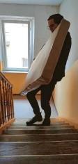 ??  ?? Dann hieß es Möbel durch das Treppenhaus schleppen.
