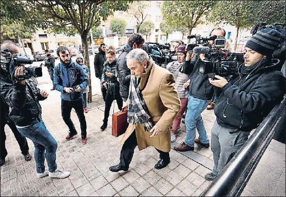 ?? VILLAR LOPEZ / EFE ?? Carlos Bacaicoa, abogado de la joven madrileña, a su llegada al Palacio de Justicia de Navarra durante una sesión del juicio
