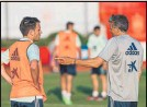 ?? FOTO: EFE ?? Luis Enrique, con Eric en una sesión