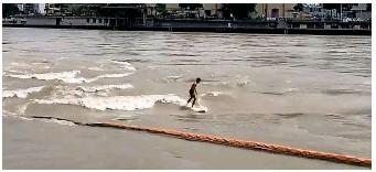 ?? NEWS-SCOUT ?? Ein 20-Jähriger surft auf einer stehenden Welle im Rhein bei Basel.
