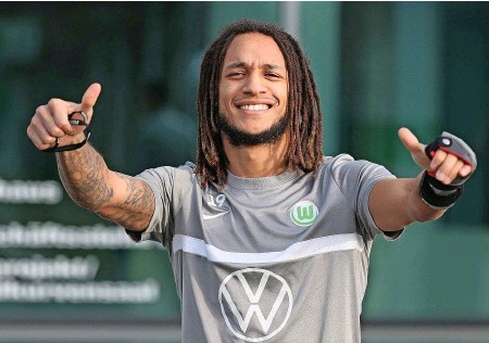 ?? IMAGO ?? Daumen hoch, auch mit Gips: Wolfsburg- und Nati-Star Kevin Mbabu (26) ist derzeit unaufhaltbar.