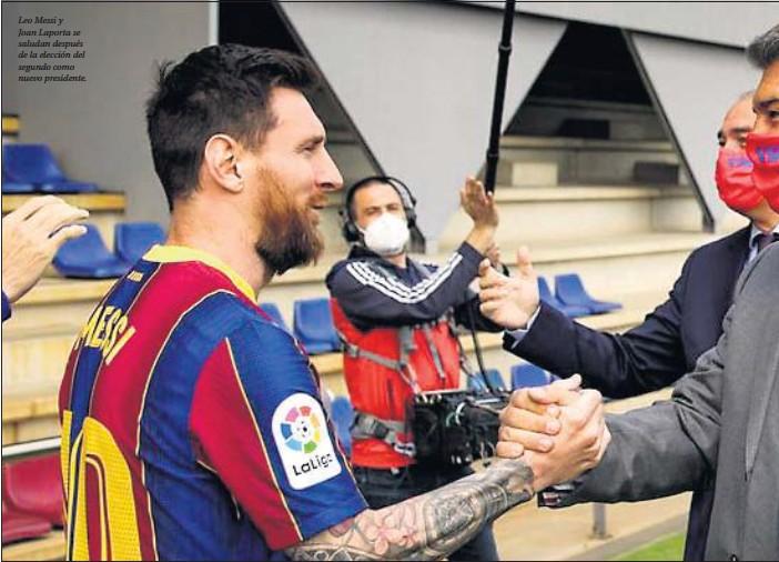 ??  ?? Leo Messi y Joan Laporta se saludan después de la elección del segundo como nuevo presidente.