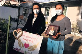 ?? KEITH BIRMINGHAM — STAFF PHOTOGRAPHER ?? Chyong Jen Tsai's daughters Patty Thurlo, left, and Nancy Tsai, holding her picture, stand in their childhood home in Arcadia last month. On April 9, 2019, Chyong Jen Tsai, 76, was killed in the backyard of the home. Heber Enoc Diaz, who was working to build a granny flat on the property, is charged with murder, robbery and burglary.