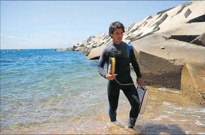 ??  ?? ►► Investigador 8Jordi Boada recoge el dron submarino, en la costa de Blanes, el 12 de junio.
