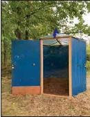 ?? MAARIT NISSILÄ ?? POP UP. Galleriet är byggt av de blåa dörrar som var kännetecknande för konstnärshuset. I galleriet vid korsningen mellan Partaoch Valborgsvägen, visas verk av konstnärer som har bott i huset.