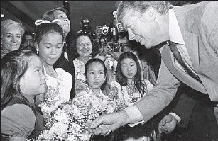 ?? Library of Congress ?? JIMMY CARTER chats with young people during a 1976 campaign stop in Century City.