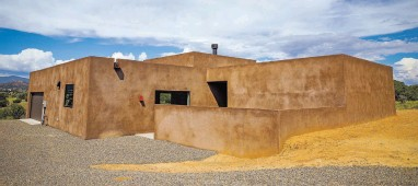 ?? GABRIELA CAMPOS/THE NEW MEXICAN ?? The homes built on Spur Ranch Road south of Eldorado by E.J. Jennings, above, feature clean lines and mountain views.