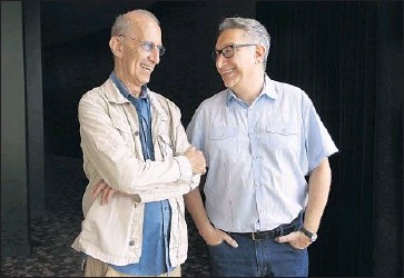 """?? Katie Falkenberg Los Angeles Times ?? PLAYWRIGHT Martin Sherman, left, and """"Bent"""" director Moises Kaufman chat at Mark Taper Forum."""
