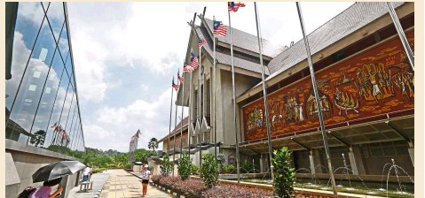 ?? – IZZRAFIQ ALIAS / The Star ?? The Muzium Negara building is a striking sight along Jalan Damansara with its beautiful wall mural.