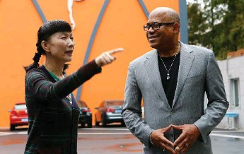 ?? TORONTO STAR FILE PHOTO ?? George Randolph talks with a teacher in Shanghai during a tour of China with his students.