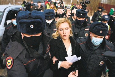 ?? Kirill Kudryavtse­v/ AFP via Getty Images ?? Anastasia Vasilyeva, an Alliance of Doctors medical trade union member and Kremlin critic Alexei Navalny's personal doctor, is detained by police at the entrance to penal colony in the town of Pokrov.