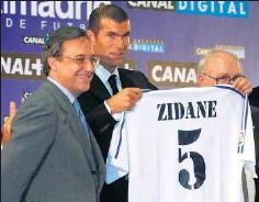??  ?? Zidane, con el 5, el día de su presentación de blanco (9-7-2001).