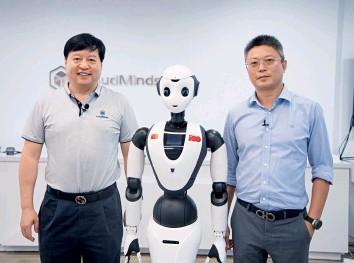??  ?? 达闼科技创始人&CEO黄晓庆(左)与宝利财富总裁李宏伟(右)