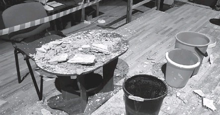 ?? Фото Национального музыкальнодраматического театра ?? Часть потолка обвалилась на стол режиссёра.