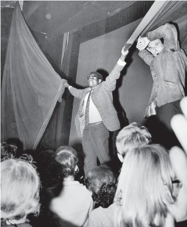 ?? Foto: AP/ullstein-bild ?? Der Nigerianer Adekunle Ajala vor 50 Jahren im Berliner Astor-Kino am Kurfürstendamm