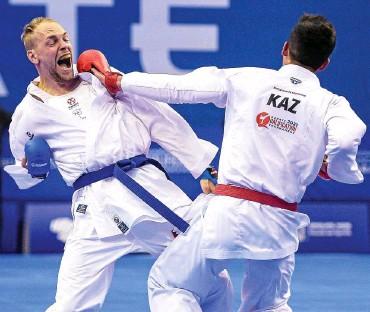 ?? FOTO: FEDERICO PESTELLINI / IMAGO ?? Noah Bitsch (links) ließ dem Kasachen Nurkanat Azhikanov im Finalturnier keine Chance und gewann mit 4:1 – der Grundstein für das Olympiaticket war gelegt.