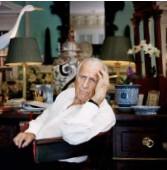 ??  ?? JOHN RICHARDSON dans la bibliothèque de sa maison de New Milford, Connecticut. DANS LE HALL D'ENTRÉE, trônait une plante en métal d'un artiste local, Bob Keating. Au mur, des estampes indiennes du xixe siècle.