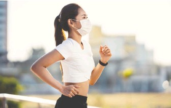 ?? GETTY IMAGES/ISTOCKPHOTO ?? It may be a good idea to wear a mask while exercising outdoors in some situations, writes Jill Barker, even though there isn't conclusive data to prove people have transmitted the virus outside.