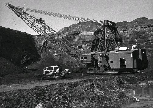 ?? SHELL CANADA RESOURCES LTD./ SUPPLIED ?? A prototype dragline digs a test-pit at the Alsands project.