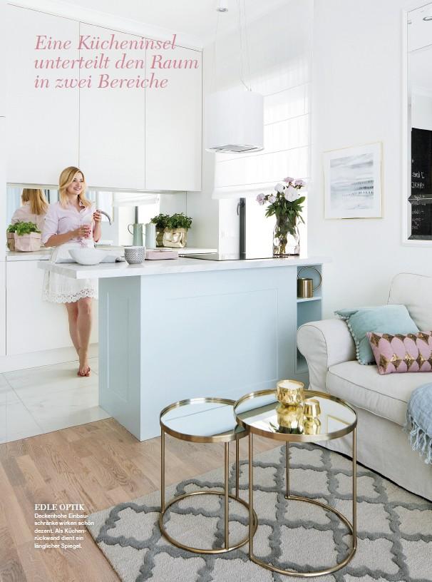 ??  ?? EDLE OPTIK Deckenhohe Einbauschränke wirken schön dezent. Als Küchenrückwand dient ein länglicher Spiegel.