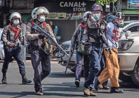 ?? HKUN LAT/GETTY IMAGES ?? Riot police arrest protesters on Saturday in Yangon, Myanmar. The military government has intensified a crackdown on demonstrations.