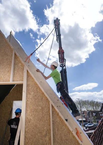?? Barton van Flymen/anp ?? Een bouwvakker plaatst een wand voor een prefabgebouw in het Nederlandse Edam.