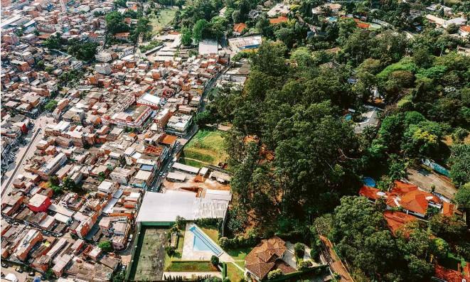 ?? Gabriel Cabral/Folhapress ?? Divisa entre Paraisópolis e Morumbi é um dos exemplos de NIMBY; moradores do bairro de luxo tentaram interferir em desenho de um parque