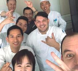 ??  ?? A Zhuhai Lo chef Carmine Faravolo con il suo staff al ristorante St.Regis