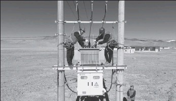 ?? SONG WEIXING / FOR CHINA DAILY ?? State Grid employees check power facilities in the Tibet autonomous region.