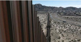 ??  ?? The bor­der fence sep­a­rat­ing Anapra, Mex­ico, and Sun­land Park, New Mex­ico. | AP
