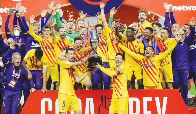 ?? Agence France-presse ?? ↑ Barcelona players celebrate with the trophy after winning the Copa del Rey final against Athletic Bilbao in Seville on Saturday.