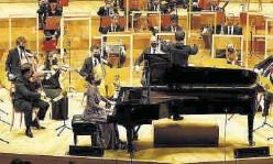 ?? JAIME GALINDO ?? La Orquesta Reino de Aragón, ayer, con la pianista Krisztina Fejes.