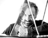 ??  ?? A casa Il 4/11 Stefano Bollani presenta «Nato a Milano»