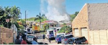 ??  ?? KZN VIP paramedics and firefighters also battled another fire in a house in Pearlbrook, Phoenix. I KZN VIP