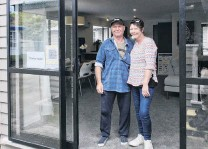 ?? PHOTOS: GERARD O'BRIEN ?? Proud home owners . . . Barry and Karen Rowe, of Dunedin, bought the studentbui­lt Otago Polytechni­c charity house.