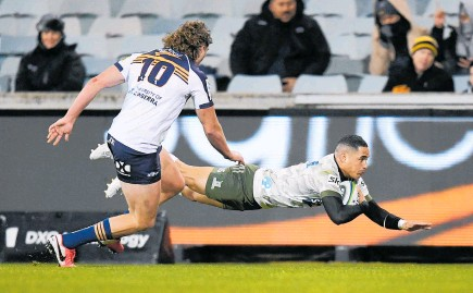 ?? Photo / Photosport ?? Highlanders halfback Aaron Smith scores the first of his two tries in Canberra last night.